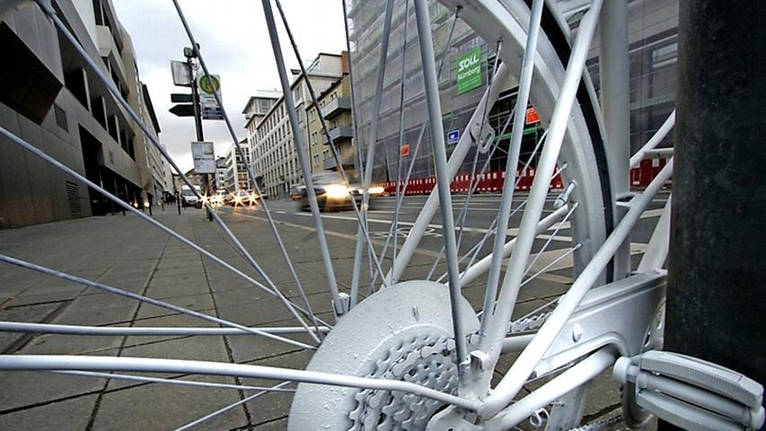 2012 kam glücklicherweise kein Radfahrer im Straßenverkehr ums Leben. 2011 hingegen wurden gleich vier Radler in Nürnberg überfahren; 2010 waren es zwei, 2009 drei und 2008 einer, besagt die Verkehrsunfall-Statistik der Polizei.