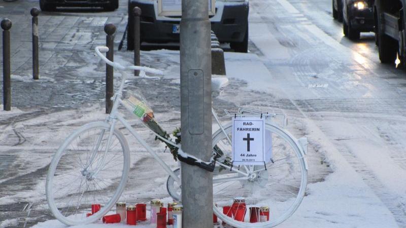 Noch am Montagabend gegen 20 Uhr kamen mehrere Dutzend Radfahrer an der Unfallstelle zusammen, um der Frau zu gedenken.