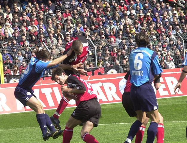 So ein Klassenerhalt kann übrigens auch was! Am 27. April 2002 stellt sich Leverkusen als Meisterschaftsanwärter in der Noris vor. Über dem von Klaus Augenthaler trainierten Club schwebt derweil das Abstiegsgespenst. Bei Abpfiff hat es der Rauf-und-Runter-Club verscheucht. Der Mann, der dem FCN am vorletzten Spieltag den Ligaverbleib sichert und Bayer einen dicken Strich durch die Meisterrechnung macht, tritt in der 23. Minute gewinnbringend in Erscheinung.