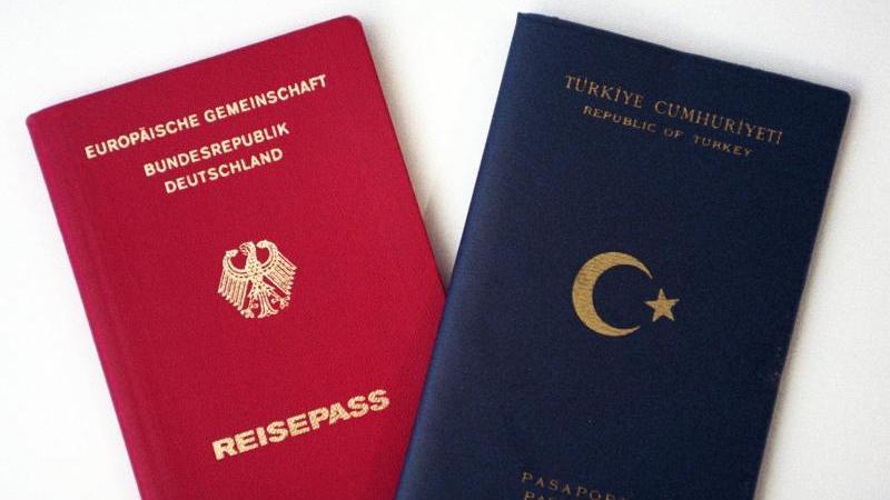 Eine doppelte Staatsbürgerschaft wird erleichtert. In Deutschland geborene Kinder ausländischer Eltern müssen sich nicht mehr bis zu ihrem 23. Lebensjahr für eine Nationalität entscheiden, sondern dürfen beide Pässe behalten.