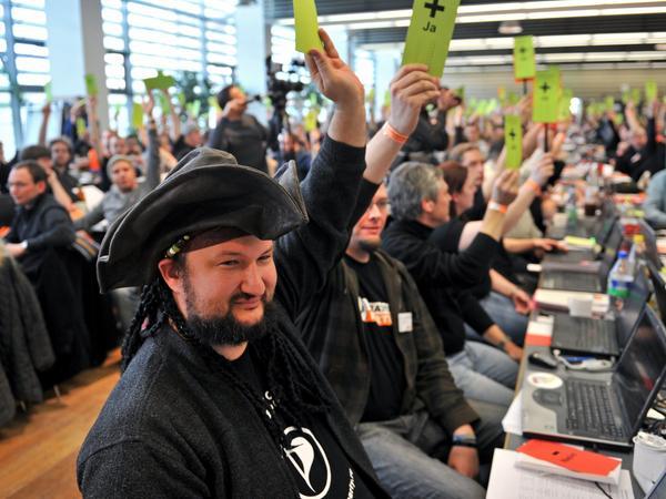 Das durfte nicht fehlen auf dem Bundesparteitag der Piratenpartei: Ein Mitglied hat einen Piratenmütze aufgesetzt.