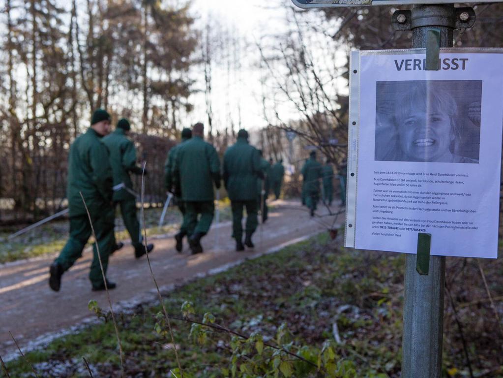 Polizisten am Mittwoch (27.11.2013) in Nuernberg Fischbach am Eisweiher bei der  Vermisstensuche im Fall Heidi Dannhaeuser. Die 50-jaehrige wird seit dem  14.11.2013 vermisst. Sie wollte im Naturschutzgebiet/Hundepark auf Hoehe der  Pellergasse joggen gehen und wurde seitdem nicht mehr gesehen. Eine  Hundertschaft der Polizei ist seit den fruehen Morgenstuden auf der Suche nach  der Vermissten..Foto: News5 / Buerkel