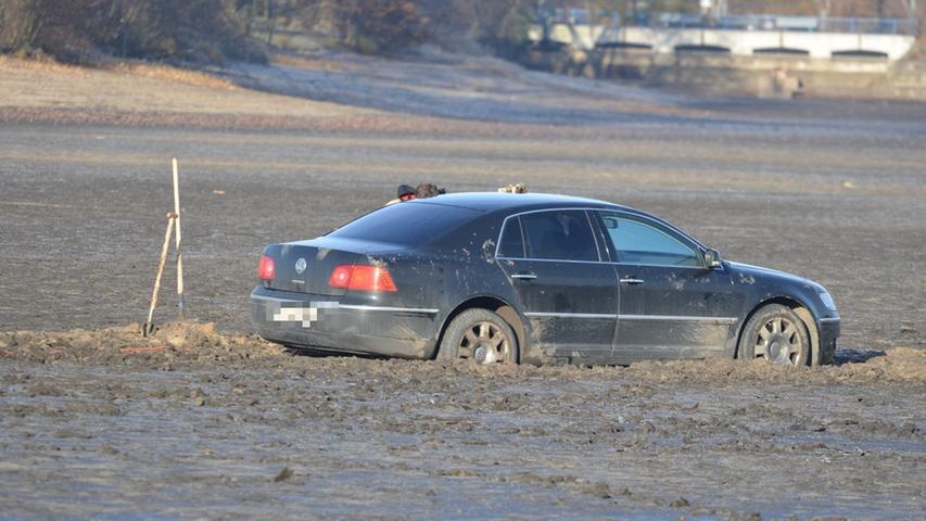 Endstation! VW steckt im Dutzendteich fest
