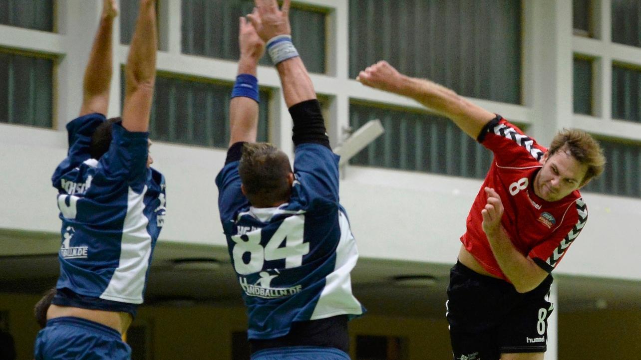 Im Derby der Handball-BOL gewann die HG/HSC Fürth (blau) knapp gegen den MTV Stadeln.