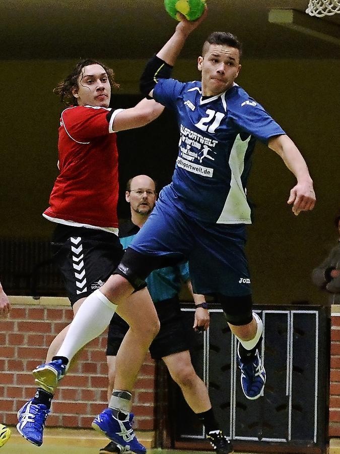 Als stünde er in der Luft: Hannes Bachmann (HG/HSC Fürth) feuert gleich den Ball aufs Stadelner Tor, Konstantin Kölbl kann nichts mehr retten.