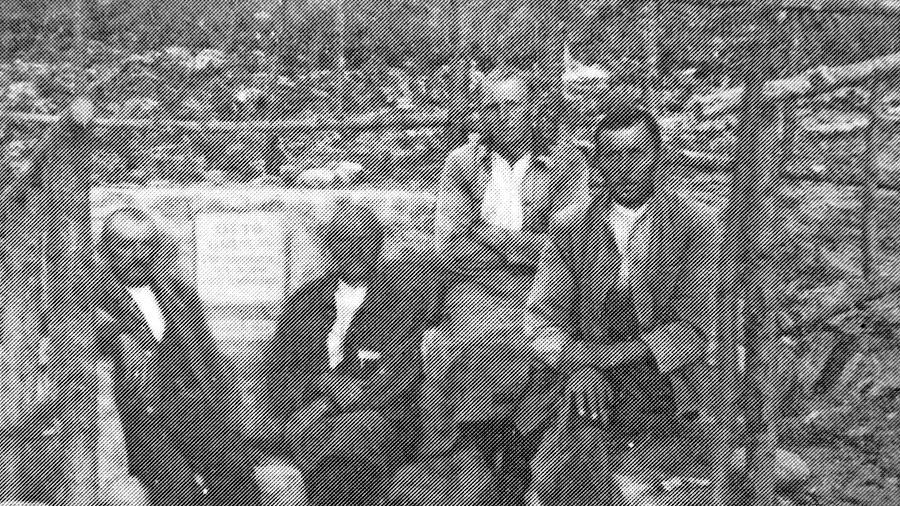 """Dieses Bild entstand bei den """"Notstandsarbeiten"""" 1934. Werner Herbst aus Großschwarzenlohe hat darauf seinen Großvater Michael Herbst (geb. 1898) erkannt. Es ist der Mann mit dem hellen Hemd, der oben sitzt. Hans Schrödel aus Leerstetten sagt, dass der Mann rechts sein Vater, Adam Schrödel, geb. 1894, sei. Einer der beiden anderen Männer sei ein Herr Engelhardt aus Schwand, daneben Johann Böhm, ebenfalls aus Schwand."""