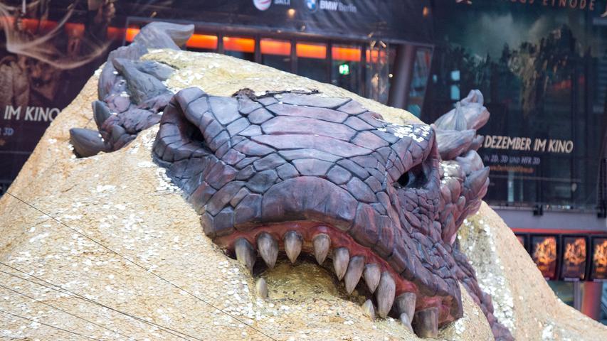 Ein Highlight des Films dürfte der Auftritt des Drachen Smaug sein - wie schon bei der Spinne Kankra gibt es bisher kaum Bilder und auch im Trailer des Films gibt es keinen direkten Blick auf das Riesenreptil zu erhaschen.
