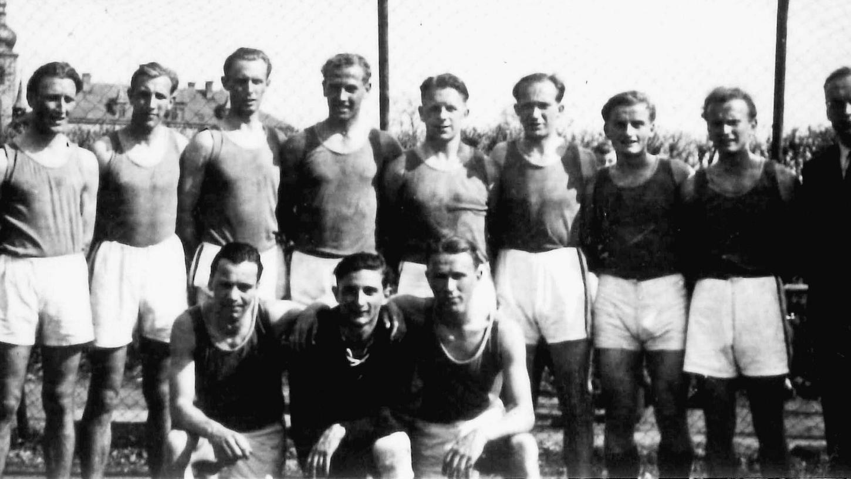 Schnappschuss aus der Gründerzeit: Spielertrainer Martin Voss (5.v.li.) führte die VfB-Handballer 1947 im zweiten Spieljahr in die Landesliga. In der Folge wurde der Sport in Forchheim überaus populär.