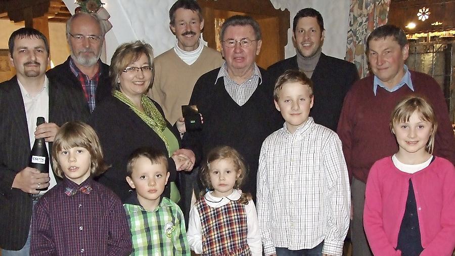 Ein Altbürgermeister samt Nachfahren: Marius, Johann, Rutha, Benno und Anna sind fünf der sieben Enkel. Die Vorsitzende des Ortsverbands,  Birgit Haberberger (M.), zeichnete Dieter Bauernschmitt (3. v. r.) mit der CSU-Ehrennadel aus.