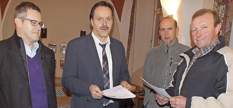 Josef Kastner (links), Peter Hiller (2.v.r.) und Alois Kerschensteiner (rechts) überreichen eine Unterschriftenliste gegen Windkraft an Bürgermeister Kraus.