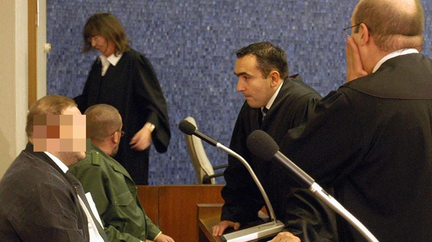 Ein Jahr später beginnt der Prozess vor dem Landgericht Hof. Es ist ein Indizienprozess, an dessen Ende der junge Mann zu lebenslanger Haft verurteilt wird. Zunächst hatte er die Vorwürfe bestritten, dann aber doch ein Geständnis abgelegt, das er vor Gericht jedoch widerruft. Seitdem war er in einer psychiatrischen Klinik in Bayreuth untergebracht.