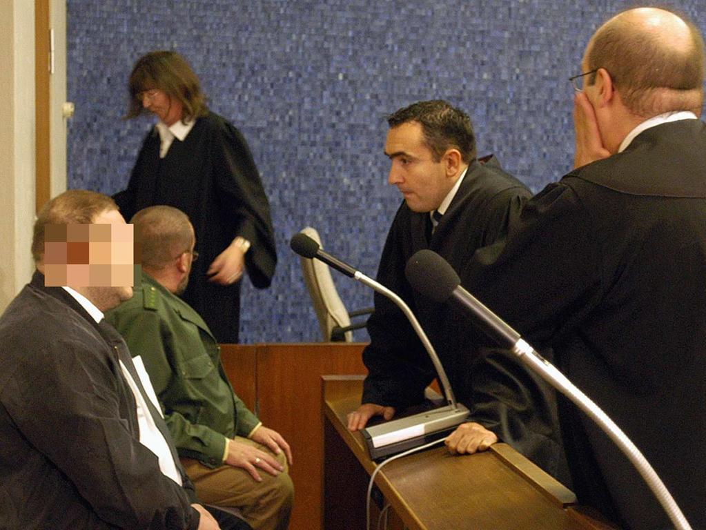 Der Angeklagte (l) spricht am Dienstag (07.10.2003) im Gerichtssaal des  Landgerichts Hof mit seinen Anwälten Walter Bagnoli (M) und Wolfgang Schwemmer.  Knapp zweieinhalb Jahre nach dem Verschwinden der neunjährigen Peggy Knobloch  beginnt an diesem Dienstag ein Indizienprozess, für den die 1. Große  Strafkammer des Landgerichts Hof 16 Verhandlungstage ansetzte. Die Leiche des  Mädchens wurde bis heute nicht gefunden. Foto: Armin Weigel dpa/lby