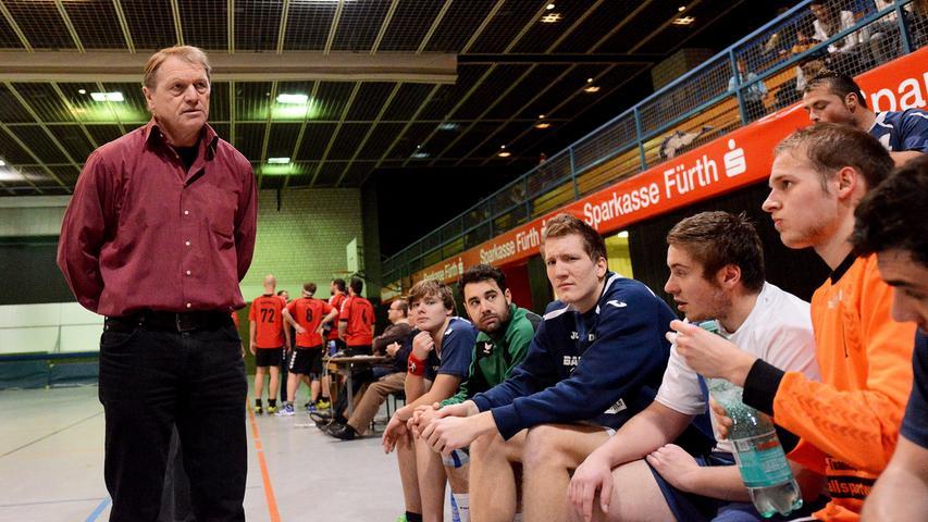 15.12.2013 --- Handball --- Saison 2013 2014 --- Bezirksoberliga BOL Männer :  HG/HSC Fürth - 1. FC Nürnberg FCN --- Foto: Sport-/Pressefoto Wolfgang Zink /  MiWi --- ....Helmut Schmelzle (Trainer, HG/HSC Fürth, links) bespricht sich  während einer Auszeit mit seinen Spielern