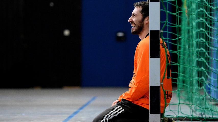 15.12.2013 --- Handball --- Saison 2013 2014 --- Bezirksoberliga BOL Männer :  HG/HSC Fürth - 1. FC Nürnberg FCN --- Foto: Sport-/Pressefoto Wolfgang Zink /  MiWi --- ....Thomas Kast (12, HG/HSC Fürth) kniet am Boden und beobachtet das  Spielgeschehen