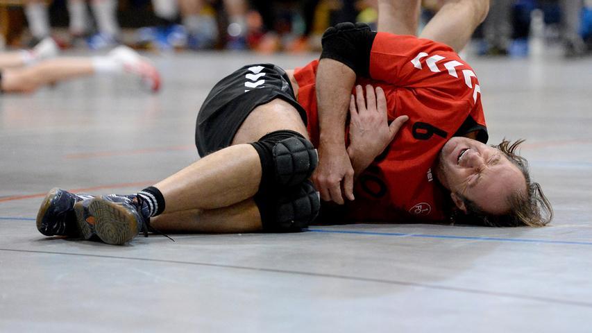 15.12.2013 --- Handball --- Saison 2013 2014 --- Bezirksoberliga BOL Männer :  HG/HSC Fürth - 1. FC Nürnberg FCN --- Foto: Sport-/Pressefoto Wolfgang Zink /  MiWi --- ....Ferdinand Kolbosz (6, 1. FC Nürnberg Handball) mit schmerzen am  Boden