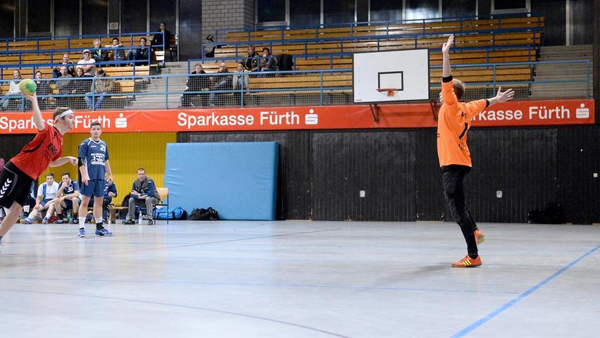 15.12.2013 --- Handball --- Saison 2013 2014 --- Bezirksoberliga BOL Männer :  HG/HSC Fürth - 1. FC Nürnberg FCN --- Foto: Sport-/Pressefoto Wolfgang Zink /  MiWi --- ....Benjamin Dippold (8, 1. FC Nürnberg Handball, links) bei Freiwurf  gegen Nicholas Fuchs (1, HG/HSC Fürth)