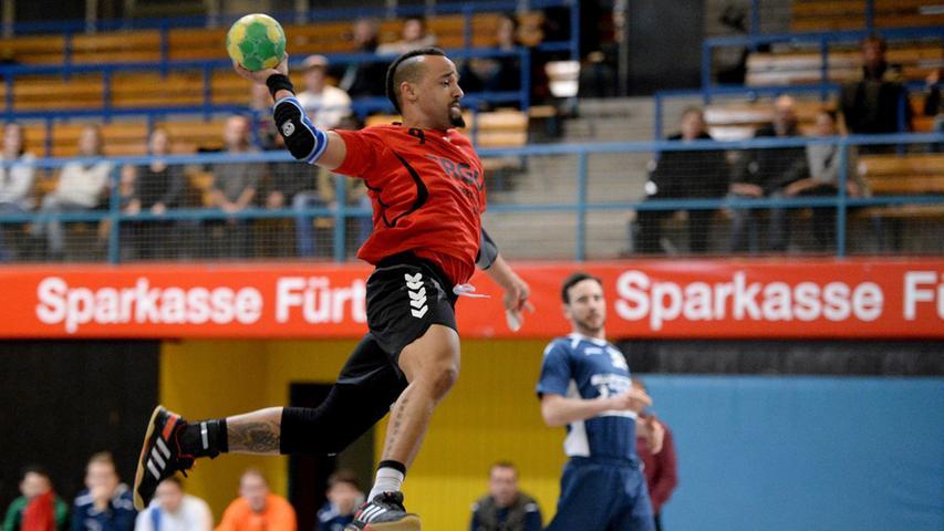 15.12.2013 --- Handball --- Saison 2013 2014 --- Bezirksoberliga BOL Männer :  HG/HSC Fürth - 1. FC Nürnberg FCN --- Foto: Sport-/Pressefoto Wolfgang Zink /  MiWi --- ....Stephen Thonetteh (9, 1. FC Nürnberg Handball) bei Torwurf