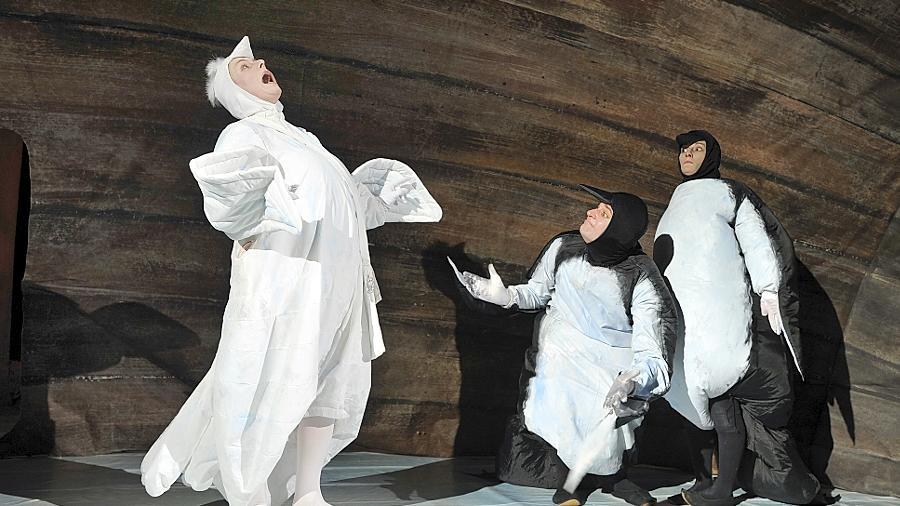 In der Arche geht es hoch her: Zwei Pinguine bringen eine Taube auf die Palme.