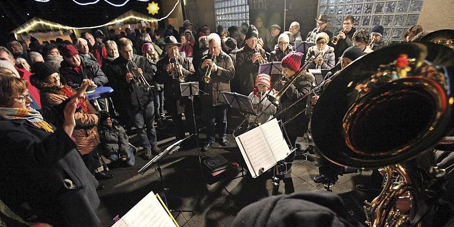 Dicht gedrängt standen die Besucherinnen und Besucher  im Serenadenhof beim Weihnachtsmarkt der Freiwilligen Feuerwehr Dietersdorf.