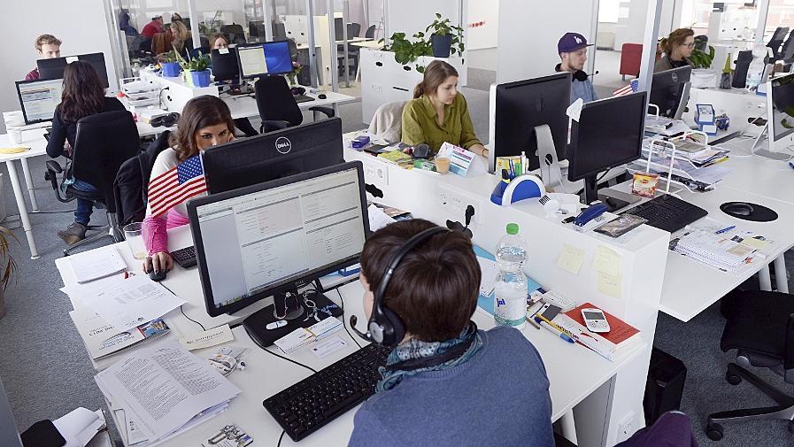 Überall, wo — wie hier — in einem Berliner Unternehmen an Computern gearbeitet wird, besteht die Gefahr, dass wichtige Daten unbemerkt abgegriffen werden.