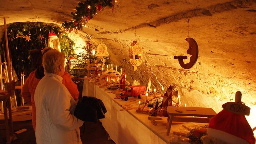 Am ersten Adventswochenende verwandelt sich die romantische Hopfenstadt Spalt (Lkr. Roth) in eine leuchtende Weihnachtsstadt: Die Altstadt erstrahlt, es gibt Buden in allen Gassen und das Besondere: Gewölbe und Keller, die sonst nicht zugänglich sind, werden herausgeputzt und den Besuchern geöffnet. In ihnen kann althergebrachte Handwerkskunst bestaunt werden. Auch eine Bierverköstigung darf in der Hopfenstadt nicht fehlen. Öffnungszeiten: Am 1. Adventswochenende, Samstag von 15 bis 21 Uhr, und Sonntag, von 12 bis 19 Uhr.