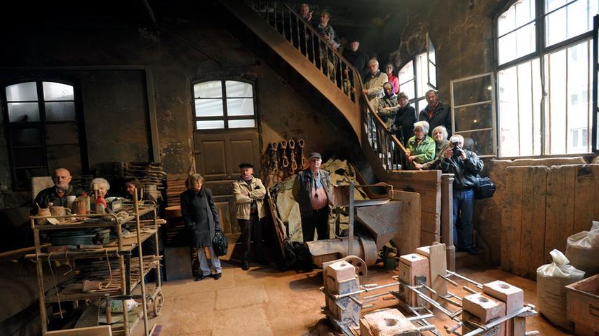 Immer wieder kommen ganze Besuchergruppen in die Burgschmietstraße, um den Mitarbeitern beim Bronzegießen zuzusehen. So wie hier eine Besuchergruppe des BZ Nürnberg.