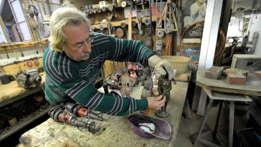 Ziseleure wie Achim Cattus löten offene Stellen zu, feilen und bearbeiten die Figuren mit sogenannten Punzen, eine Art Schlagstempel für die Metallverarbeitung.
