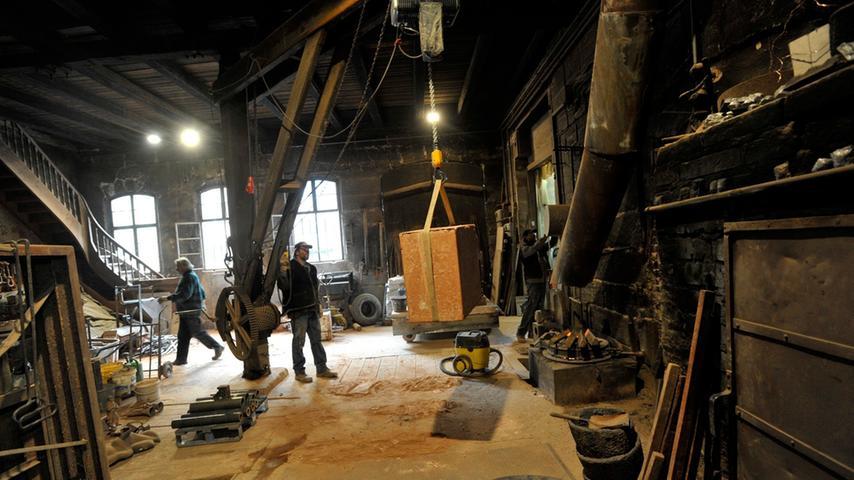 Große Skulpturen schafft nur noch der Lastenkran. An ihm ist nur der Seilzug neu. Die Holzbalken selbst haben schon über ein Jahrhundert auf dem Buckel.