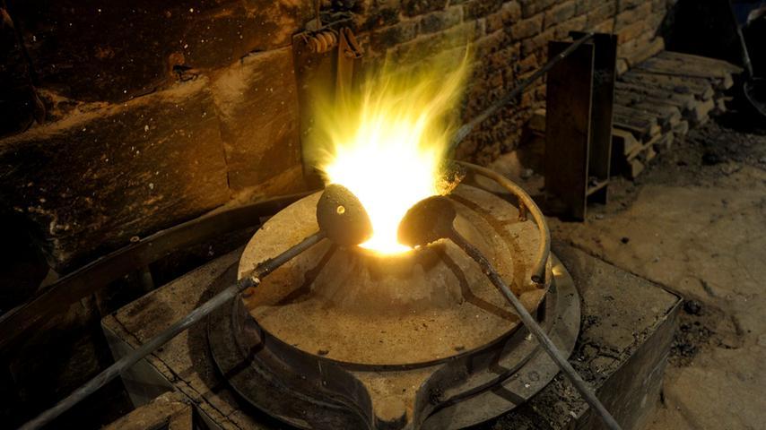 Einmal im Monat ist Gießtag. Dann werden die Bronzebarren in einem mit Öl betriebenen Schmelzofen aufgeschmolzen.