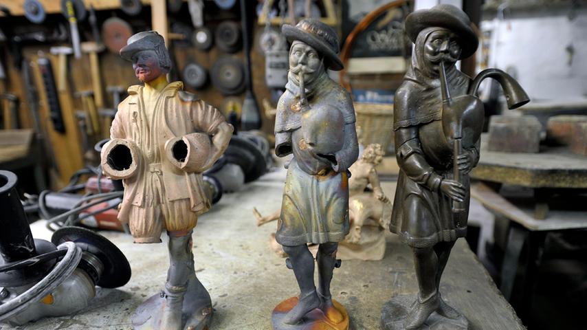 Manche Bronzefiguren landen sofort wieder im Schmelzofen, weil sie misslungen sind, wie die linke und die mittlere Figur.