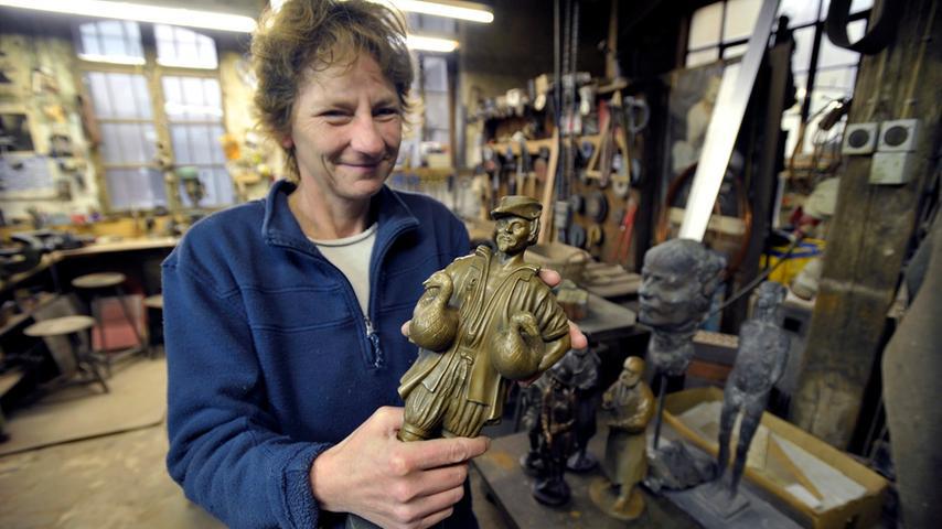 Die Inhaberin Sabine Jahn sagt, sie findet es toll, eine Skulptur in ihrer Entstehung von Anfang bis Ende in der Hand zu haben. So wie dieses Gänsemännchen, eine der bekanntesten Nürnberger Brunnenfiguren.