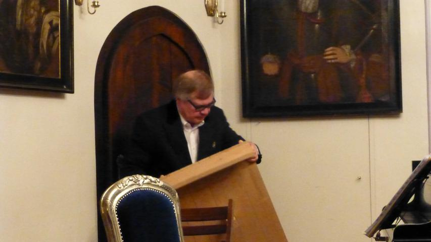 Hausherr Jan Kube legte letzte Hand beim Bühnenaufbau an, …