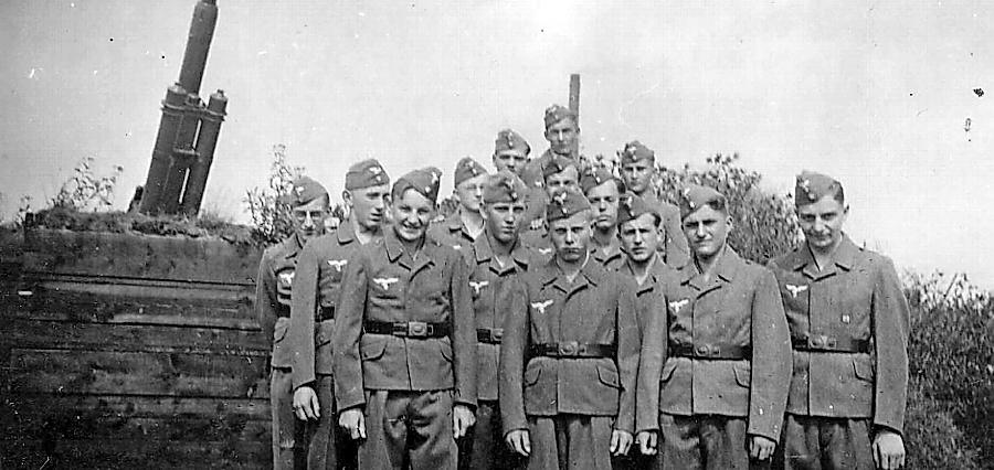 Das Bild zeigt Luftwaffenhelfer bei Geschützausbildung in Nürnberg.