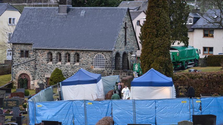 Eine weitere Suchaktion findet auf dem Friedhof statt. Hinweise legten die Möglichkeit nahe, Peggys sterbliche Überreste lägen im Grab einer 81-jährigen Frau.