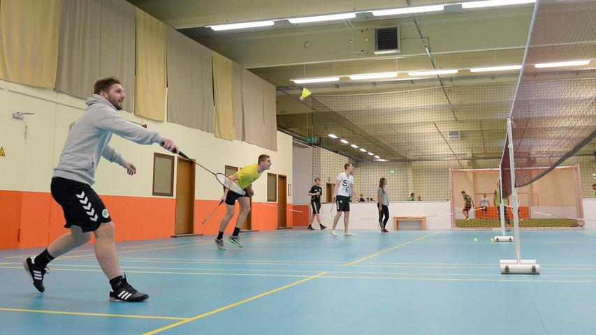 Ab dem 22. Juni wird die Obergrenze für den Indoor- und Outdoorsport aufgehoben, die bisher 20 Personen umfasste.Die künftige Teilnehmerbegrenzung ergibt sich für den Innen- und Außenbereich aus den jeweiligen konkreten räumlichen Rahmenbedingungen (Raumgröße, Belüftung), heißt es seitens der Regierung.