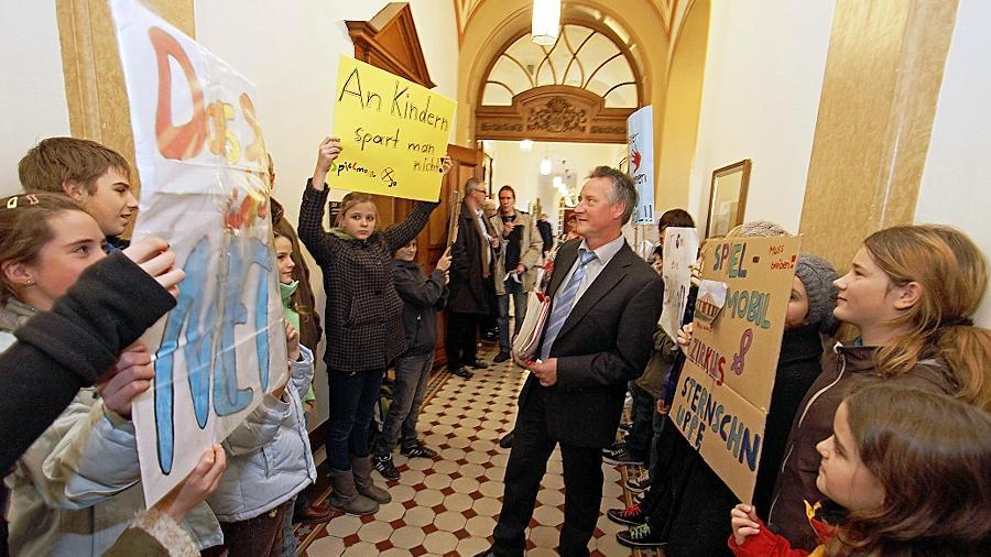 Protest-Spalier: Bei seinem Weg in den Sitzungssaal des Rathauses musste Oberbürgermeister Thomas Jung an Kindern vorbei, die um das  Spielmobil kämpften.