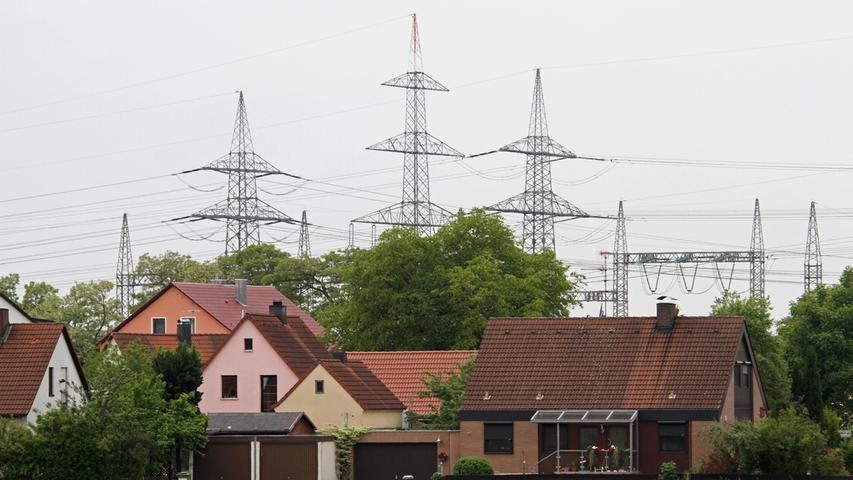 Noch gibt es dazu aber viele ungeklärte Fragen, zum Beispiel den angemessenen Abstand der Trasse zur Wohnbebauung: Dazu gibt es nur schwammige Formulierungen, aber keine klaren Regeln. Stromleitungen müssen so weit von Wohnhäusern entfernt sein, dass die in der 26. Bundesimmissionsschutzverordnung (26. BImSchV) geregelten Feldgrenzwerte eingehalten werden.