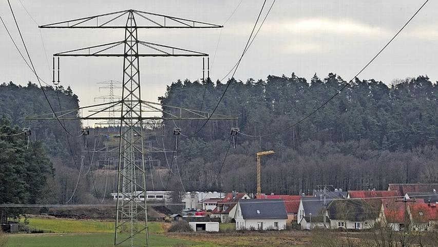 """Die geplante Stromtrasse soll mithilfe der Hochspannungs-Gleichstrom-Übertragung (HGÜ) Strom mithilfe einer weiteren Trasse von Norddeutschland in den Süden bringen. Bei diesem Verfahren werden große elektrische Leistungen bei sehr hohen Spannungen transportiert. Gleichstrom wird im Englischen durch das Kürzel DC ausgedrückt, das von der englischen Bezeichnung """"direct current"""" stammt. Aus unseren Steckdosen kommt übrigens Wechselstrom (AC = alternating current). Hier wird der Gleichstrom in Umspannwerken zu Wechselstrom umgewandelt."""
