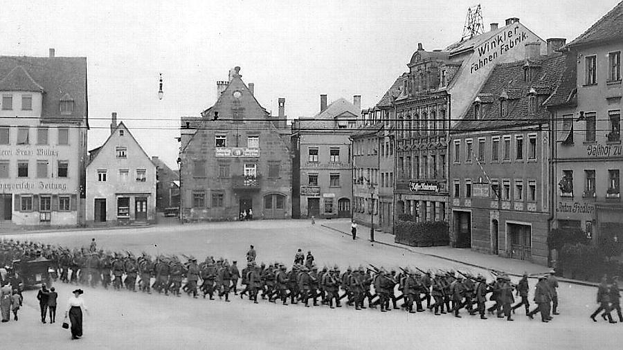 Das Bild zeigt Soldaten, die im August 1915 über den Königsplatz marschieren.