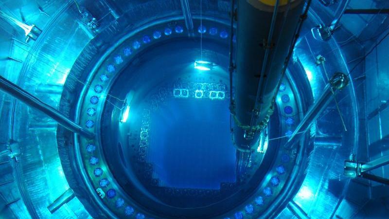 Geöffneter Reaktordruckbehälter im Atomkraftwerk Isar 2 nahe Essenbach: Die Atomsteuer soll dem Bund zwischen 2011 und 2016 jährlich rund 2,3 Milliarden Euro mehr Einnahmen bescheren.