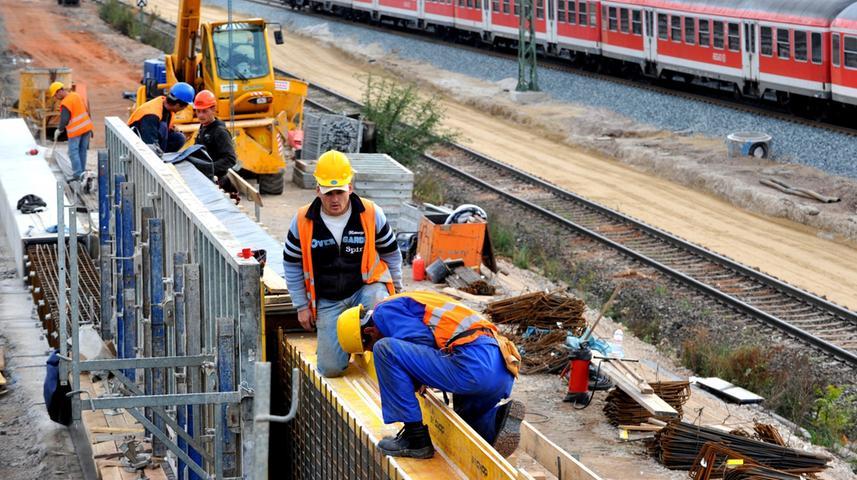 Bereits seit 1992 tobt zwischen der Stadt Fürth und der Deutschen Bahn ein juristischer Streit darüber, wo künftig die S-Bahngleise verlaufen sollen. Das Verkehrsunternehmen setzt auf einen Verschwenk durch das Knoblauchsland, die Kleeblattstadt stemmt sich dem jedoch vehement entgegen und beharrt auf dem Ausbau der alten Trasse.