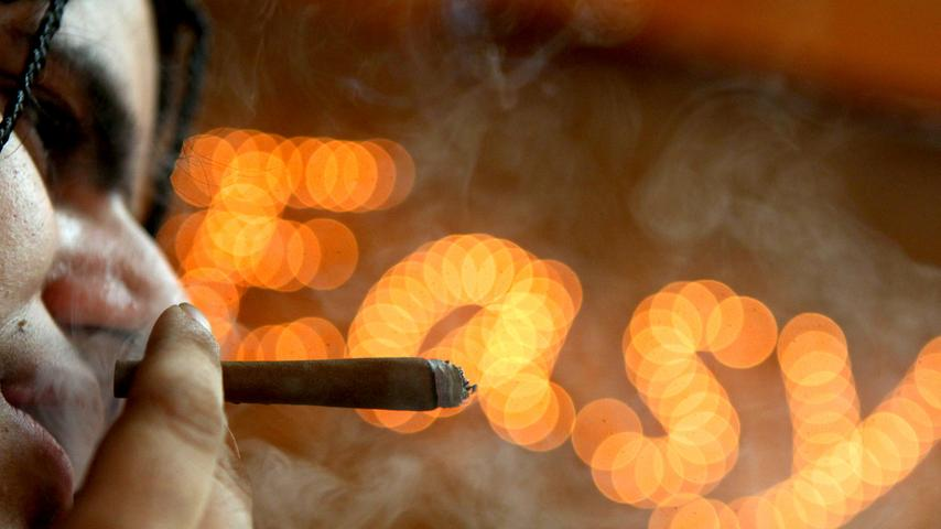 Viele reisen in die Niederlande, um vermeintlich legal an Gras oder Haschisch zu gelangen. Was die meisten aber nicht wissen: Cannabis ist auch bei unserem Nachbarn illegal. Ein strenges Gesetz der Regierung erlaubt das Rauchen von Cannabis unter strengen Auflagen. Sogenannte