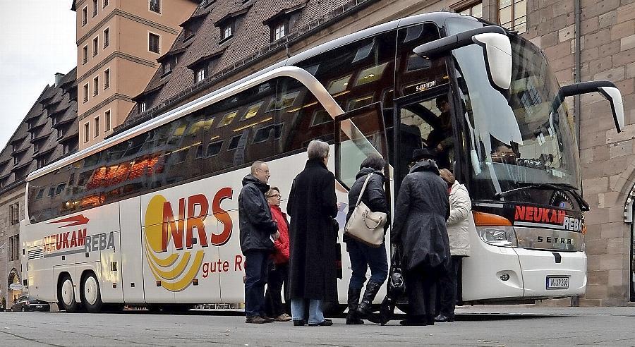 An der Mauthalle steigen die Passagiere in den Reisebus ein - die Branche sieht sich gegenüber anderen Transportmitteln politisch benachteiligt.