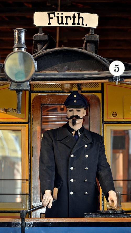 Erwachsene kostet der Fahrschein 6,50 Euro, Kinder zahlen 3,50 Euro. Familienkarten sind für 15,00 Euro erhältlich - inklusive freiem Eintritt in das Historische Straßenbahndepot.