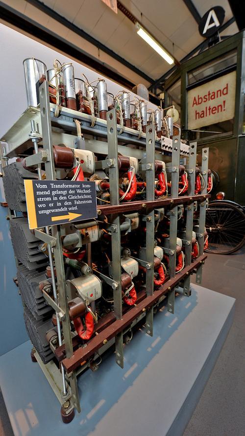 Maschinen und Fahrzeuge von der Frühzeit mit Pferdebetrieb über den ersten elektrischen Triebwagen...