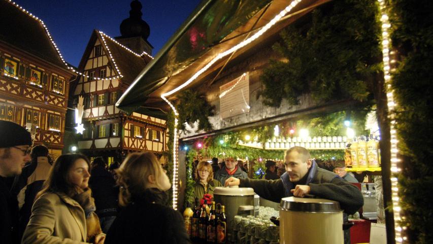 Forchheimer WeihnachtsmarktWo? Rathausplatz Forchheim | Wann? 26. November bis 24. Dezember | Öffnungszeiten: Mo. bis So. jeweils von 12 bis 20 Uhr & an Heiligabend von 9 bis 12 Uhr.