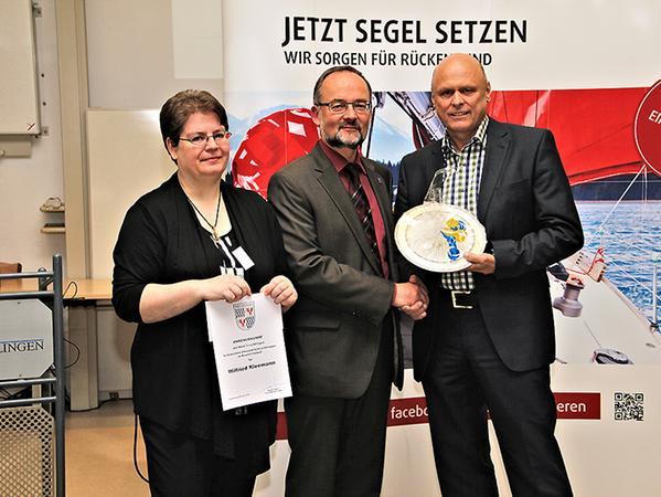 """Im Bild die """"Sonderehrung"""" von Wilfried Kleemann, hier zusammen mit dem Stadtoberhaupt sowie Daniela Erdinger von der Stadtverwaltung, die gemeinsam mit Lisa König die Veranstaltung organisiert hat."""