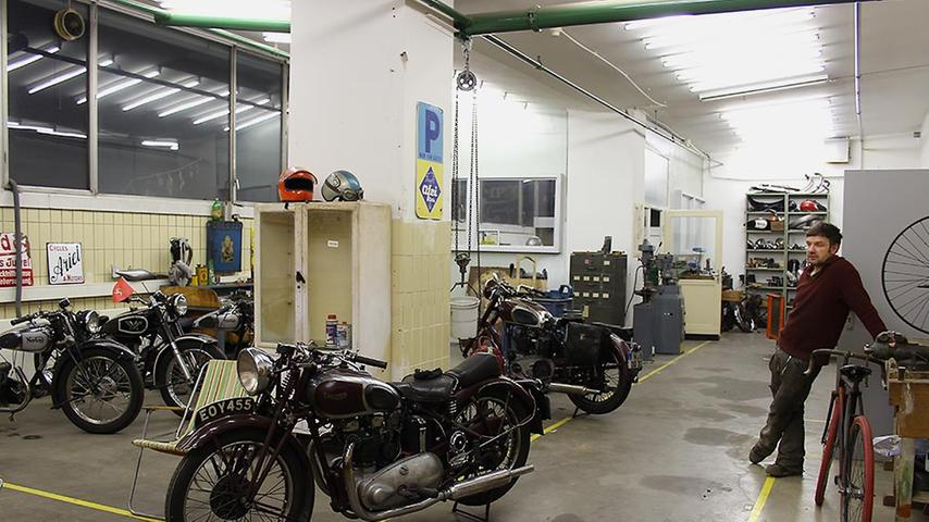 Der Metallbauer verbringt seine komplette Freizeit in der Werkstatt und schraubt dabei am liebsten an historischen Schmuckstücken herum.