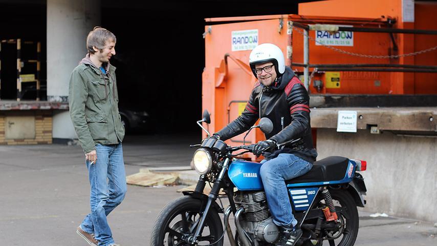 Redakteur Lars (links) und Informatiker Thomas schrauben im Erdgeschoss an Motorrädern der 70 und 80er Jahre. Im großen Innenhof der Quelle kann man gleich eine kleine Spritztour machen.