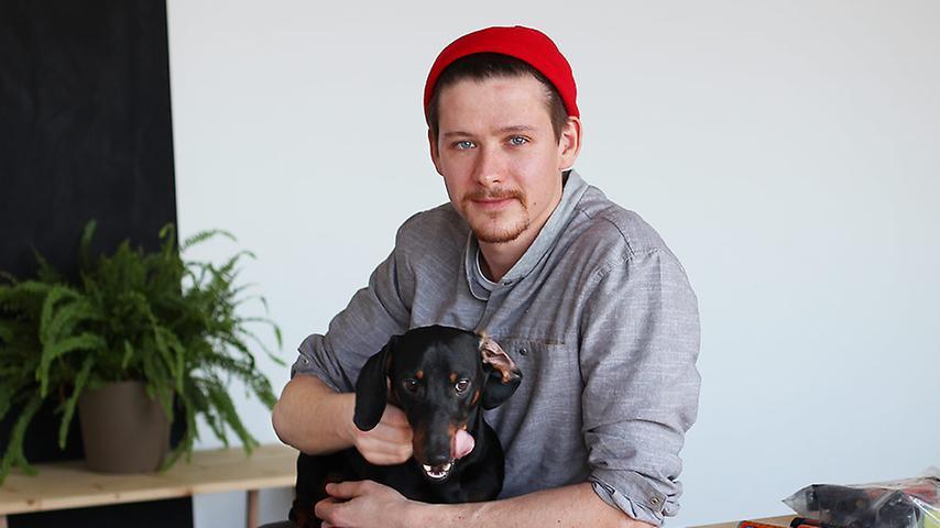Daniel ist Webdesigner und arbeitet seit Anfang des Jahres mit einem kleinem Team von Kreativen in einem hellen Büroraum.